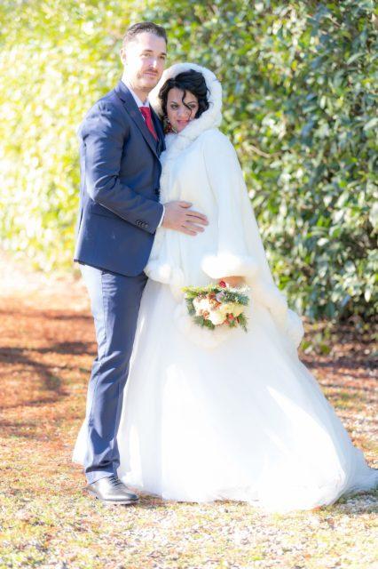una coppia di sposi un abiti invernali.