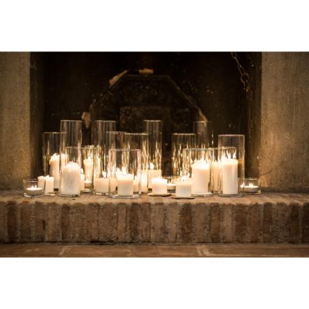 camino riempito di vasi con all'interno candele accese