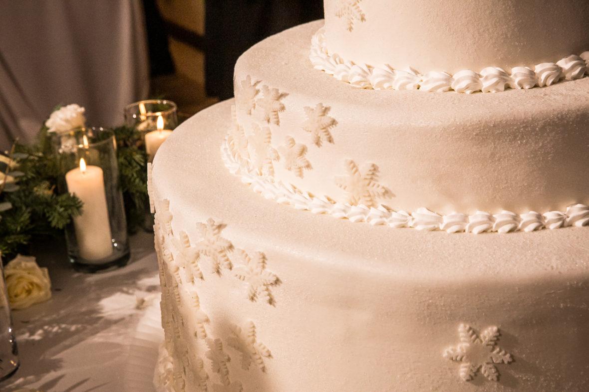 torta nuziale di pasta di zucchero bianca con effetto brinato e fiocchi di neve