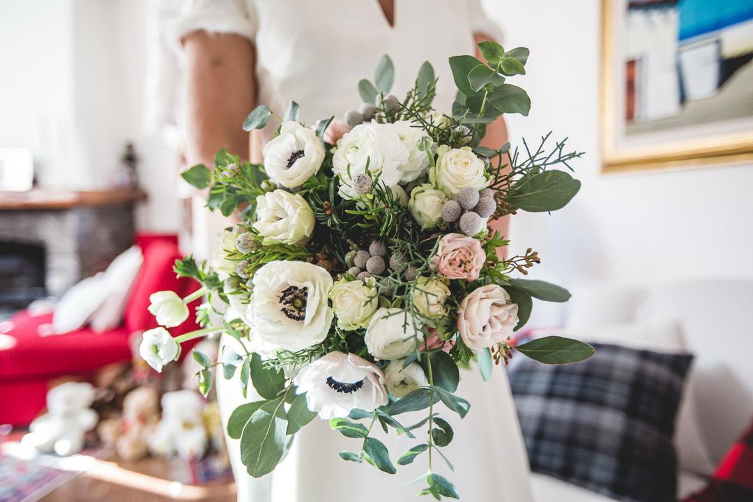 weddintown-vertuanifiori-matrimonio-invernale-fiori-bouquet invernale con anemoni bacche grigie rose di color rosa pallido e foglie di eucalipto